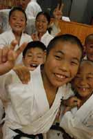 Gyerekek Sakai Sensei Dojo-jában